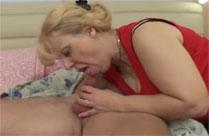 Oma weckt jungen Mann mit Blowjob