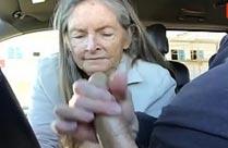 Oma hat Oralsex im Auto