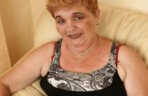 Alte, hässliche Oma fickt sich mit Dildo