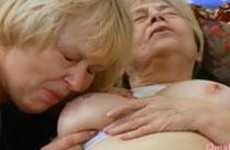 Oma masturbiert und Tochter hilft mit