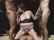 Oma fickt drei Handwerker