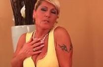 Oma fickt sich selbst mit einem Dildo