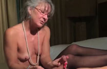Oma wichst Schwanz mit Händen und Füssen