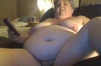 Oma guckt Pornos und masturbiert