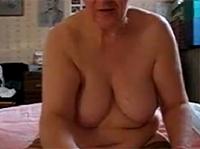 Oma Handjob vor der Webcam