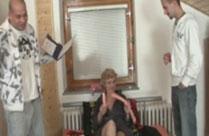 Oma von zwei jungen Postboten gefickt