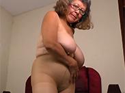 Oma in Nylons ist heiß