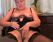 Oma in Nylons masturbiert