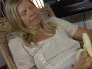Hübsche Oma und ihr junger Stecher