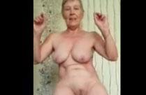 Oma wackelt mit ihren Hängebrüsten
