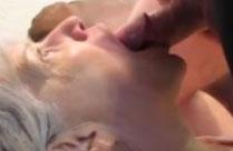 Oma lässt sich in den Mund ficken