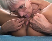 Oma Lesbe verführt ihre Freundin