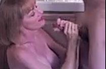 Oma besorgt es ihrem Kerl mit dem Mund