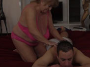 Oma massiert dicken Schwanz und wird gefickt