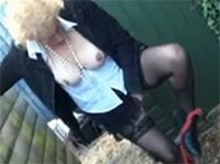 Oma masturbiert outdoor