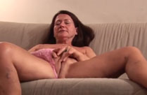 Oma masturbiert solo und Opa filmt sie dabei