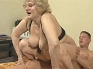 Oma mit Brille hat Ritt ihres Lebens