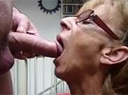 Oma mit Brille lutscht gut