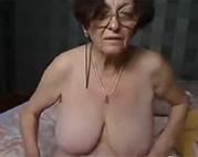 Oma mit Brille zieht blank