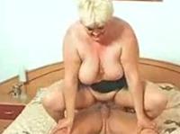Oma mit dicken Milchtüten gebumst