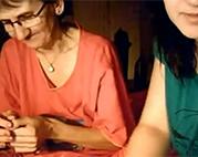 Oma mit Enkelin vor der Webcam