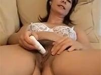 Oma mit extremer Intimbehaarung masturbiert