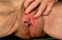 Oma masturbiert mit ihrer Riesenfotze