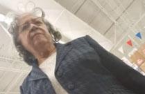 Der Oma im Kaufhaus heimlich untern Rock gefilmt