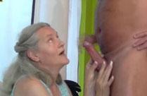 72 jährige Oma bläst jungen Schwanz