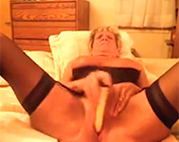 Oma Orgasmus durch Dildo Sex
