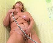 Oma pisst in der Dusche