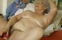 Oma befriedigt sich selbst mit einem Dildo