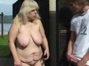 Oma von jungem Kerl in der Öffentlichkeit gefickt
