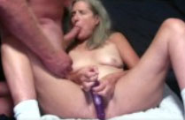 Oma geniesst Dildo und Schwanz