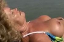 Braungebrannte Omma am Strand gefickt