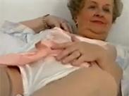 Oma strippt im Retroporno