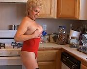Oma Striptease in der Küche
