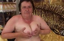 Oma würde für ein bisschen Sex alles tun