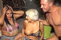 Oma probiert mal einen Jungschwanz