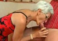 Oma will blasen und sein Sperma schlucken