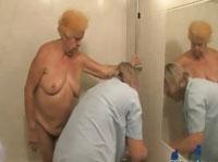 Oma wird im Altenheim gewaschen