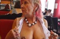 Oma zeigt ihre Titten in der Öffentlichkeit