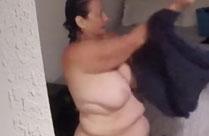 Oma zieht sich nackt aus