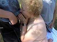 Omaporno outdoor mit geiler Großmutter