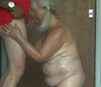 Kleine fette Oma bläst ihrem dicken Mann den Schwanz