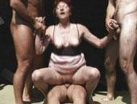 Omas Gruppensex mit 3 Kerlen
