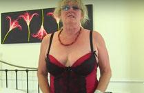 Oma spielt mit ihrem neuen dicken Dildo