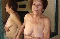 Nackte Omas zeigen was sie haben
