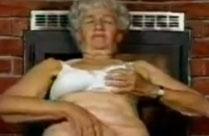 Oma fingert sich vor ihrem Kamin