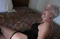 Oma geniesst Jungschwanz im Hotel